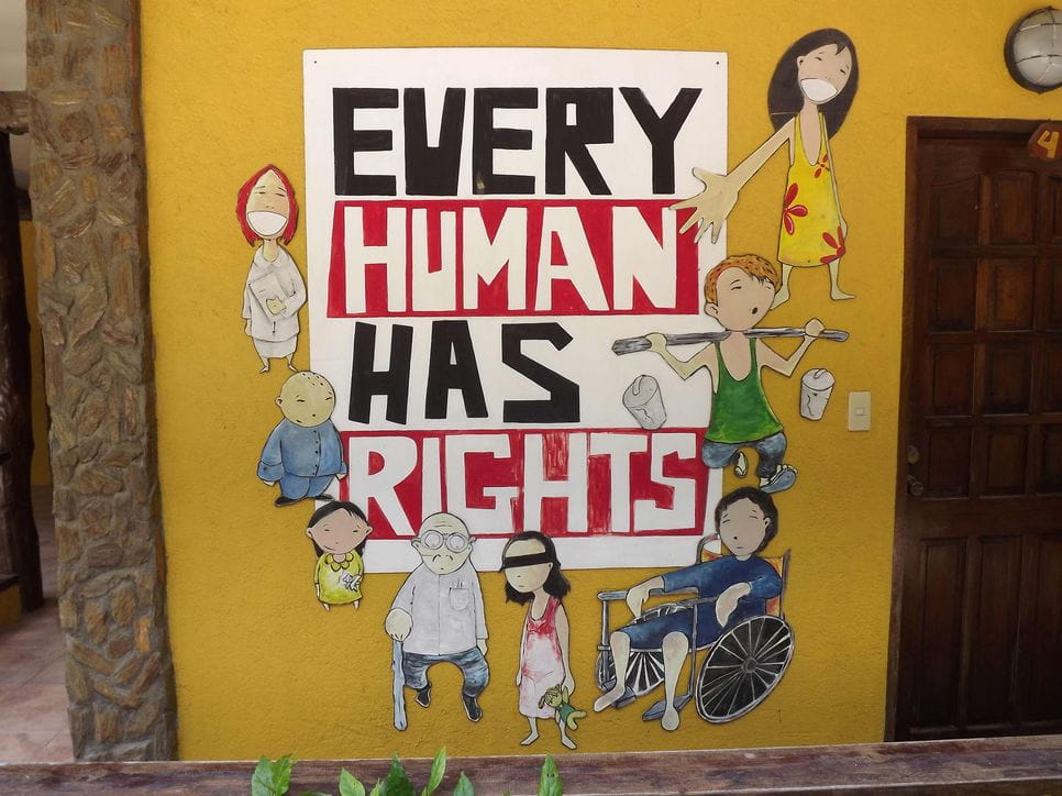 Gelbes Plakat mit Text EVERY HUMAN HAS RIGHTS, darumherum Comic-Personen, Kinder und Erwachsene (Bildquelle: Kindernothilfe-Partner)