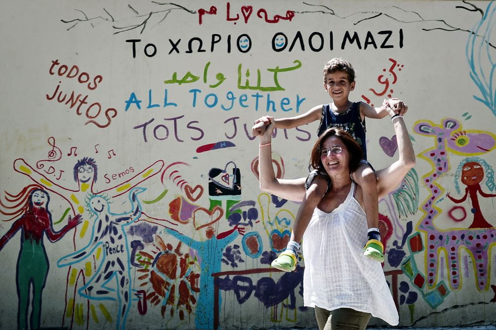 Efi Latsoudi, Gründerin von Lesvos Solidarity, mit einem Kind im Pikpa Camp. (Quelle: LOUISA GOULIAMAKI/AFP via Getty Images)